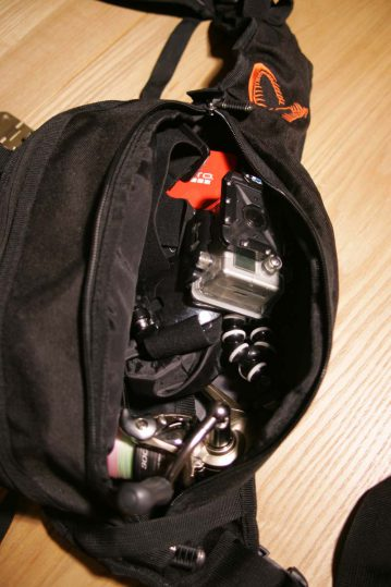 Savage Gear Roadrunner Gear Bag reelas and camera