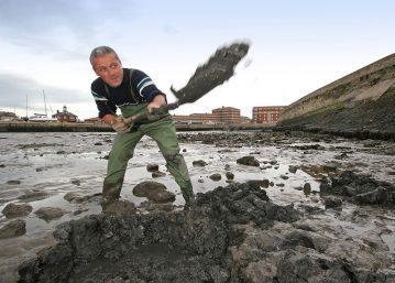 bait digger throwing mud